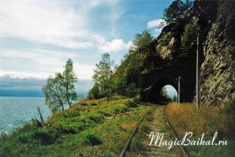 Озеро Байкал. Тоннель на Кругобайкальской железной дороге.