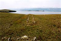 Остатки каменной стены на мысе Шара-Шулун. Западное побережье острова Ольхон. (63kb)